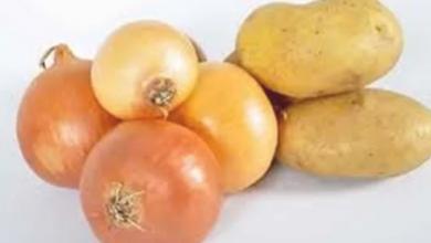 Photo of وجود هذه العلامات على البطاطس والبصل تصيبك بالسموم
