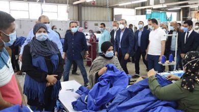 Photo of رئيس الوزراء يتفقد مصنعا لصناعة الملابس الطبية والكمامات