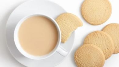 Photo of اخصائي علاج السمنة يوضح أضرار شرب الشاي بحليب مع الكعك والبسكوت