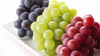 Photo of يقوي الأسنان ويطرد السموم.. فوائد تناول العنب يوميا
